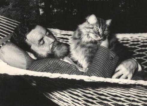 """El poeta con su gato """"Elfi"""". 1964"""