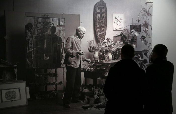 """Dos visitantes contemplan una fotografía del artista francés Georges Braque durante """"Retrospectiva de Georges Braque"""" en el Museo Grand Palais de París. EFE/Christophe Karaba"""