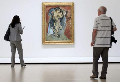 """Dos personas contemplan el cuadro """"Gran desnudo"""" del artista francés. EFE/Alfredo Aldai"""